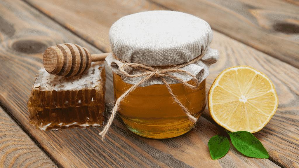 Mel e limão sobre uma mesa de madeira