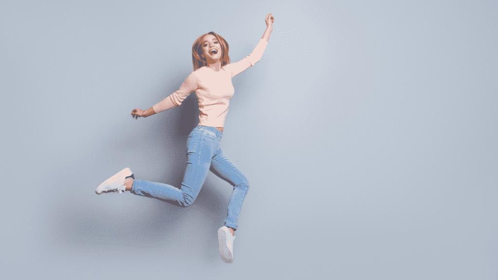 Mulher sorrindo e pulando