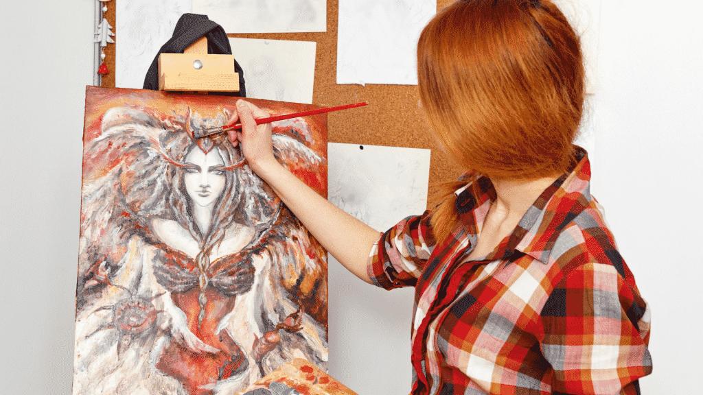 Imagem de mulher pintando quadro