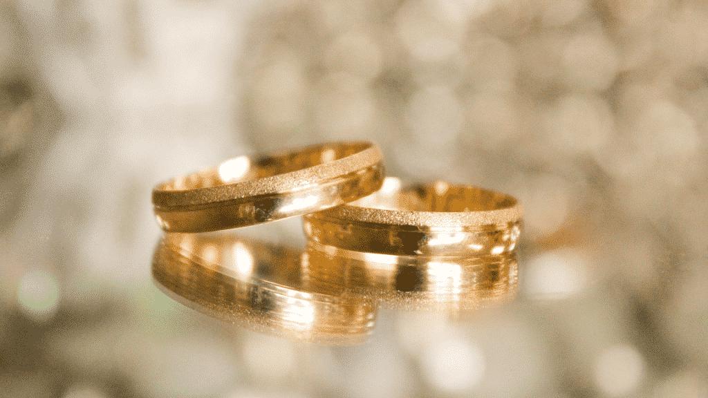 Imagem de duas alianças douradas