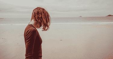Mulher em beira de praia