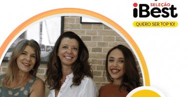 Foto de três mulheres sorrindo.