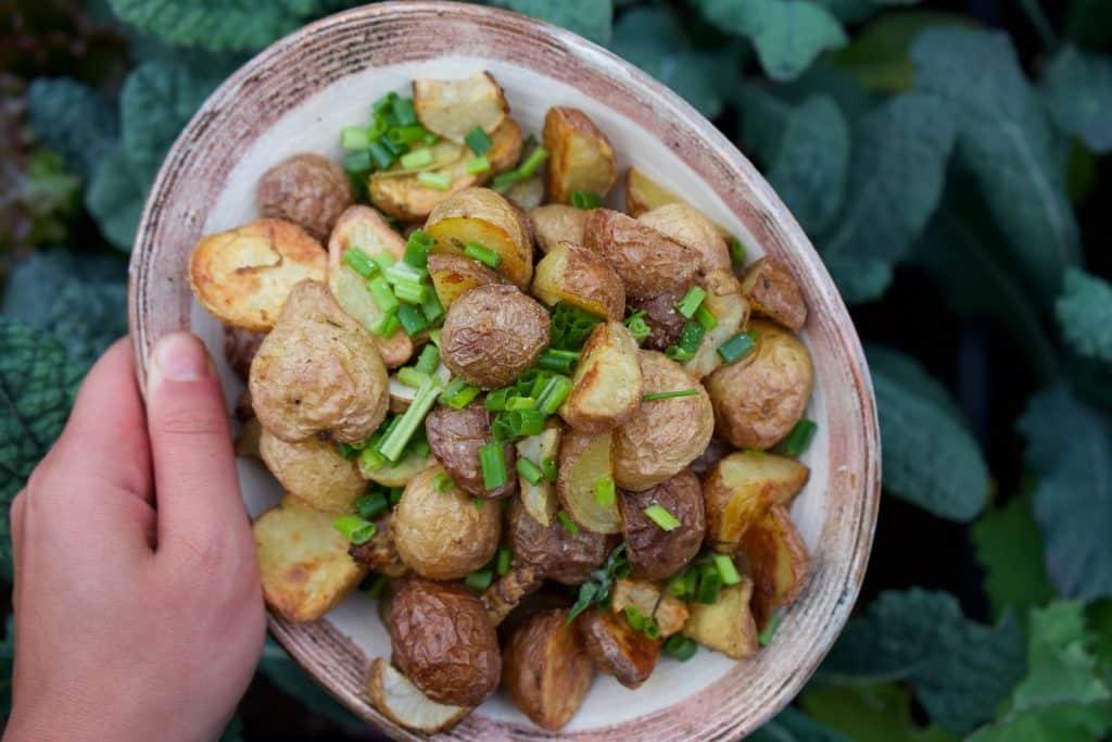 Batatas cortadas e assadas.