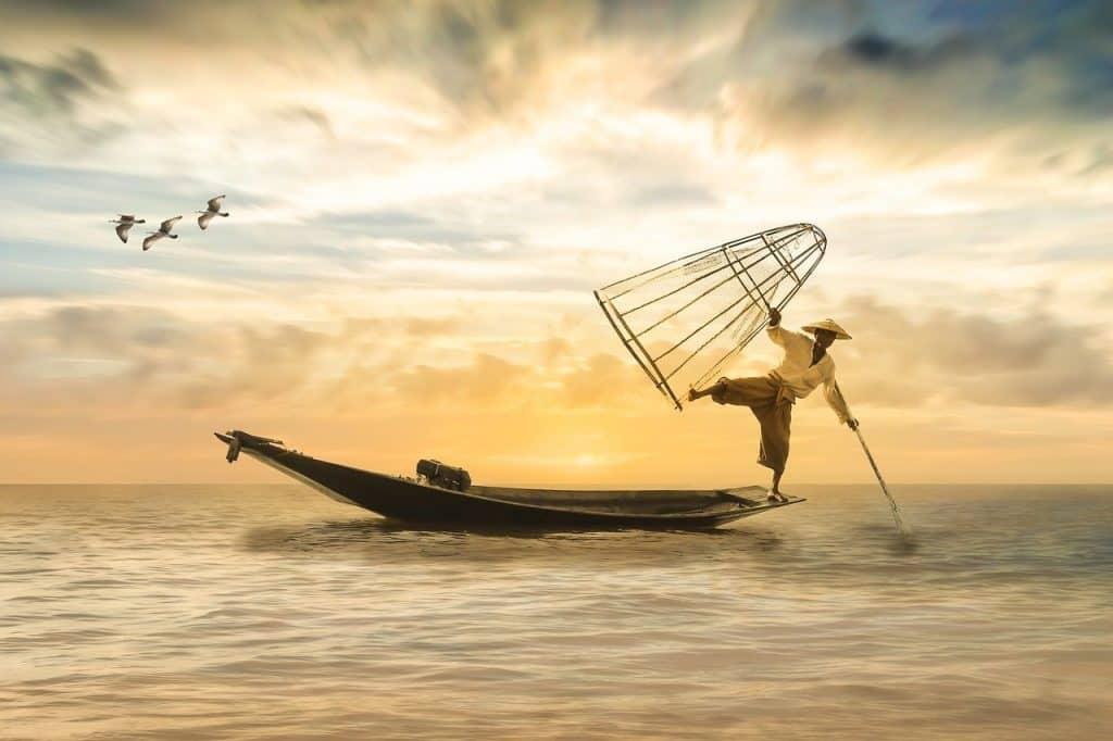 Homem se equilibrando em um barco