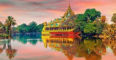 Templo Budista sob a luz do nascer do Sol