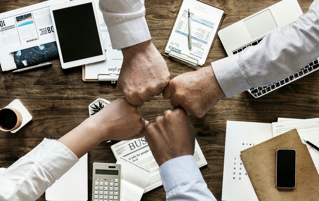 Mãos de colegas de trabalhos unidas