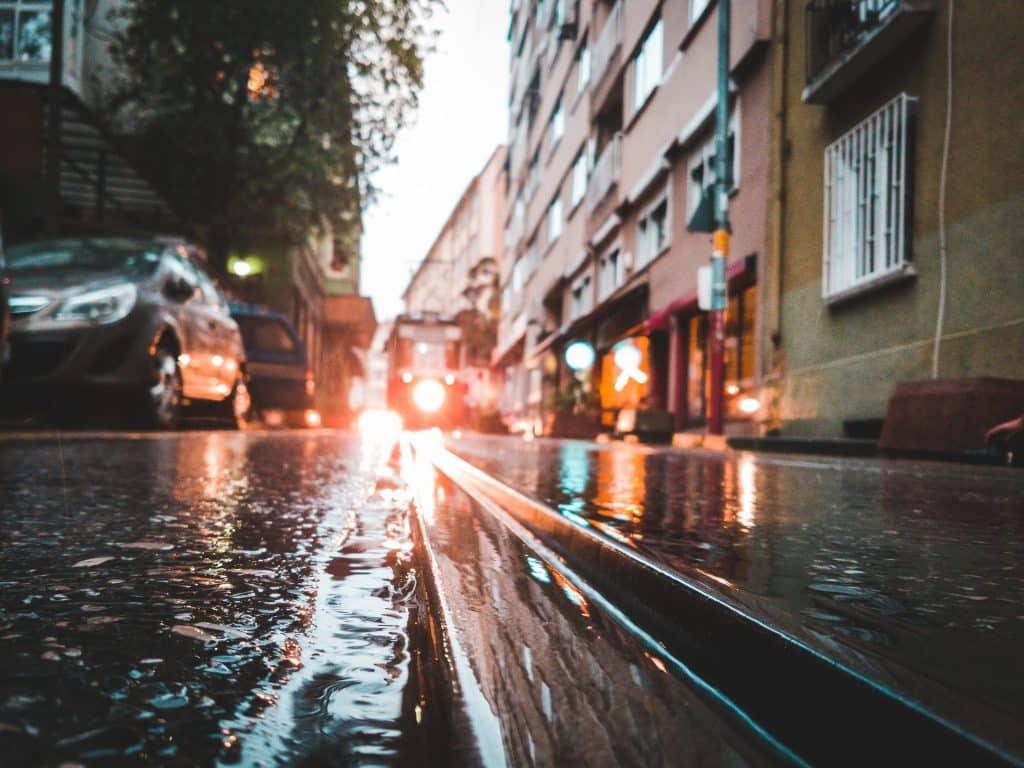 Enchente de água limpa em uma rua da cidade.