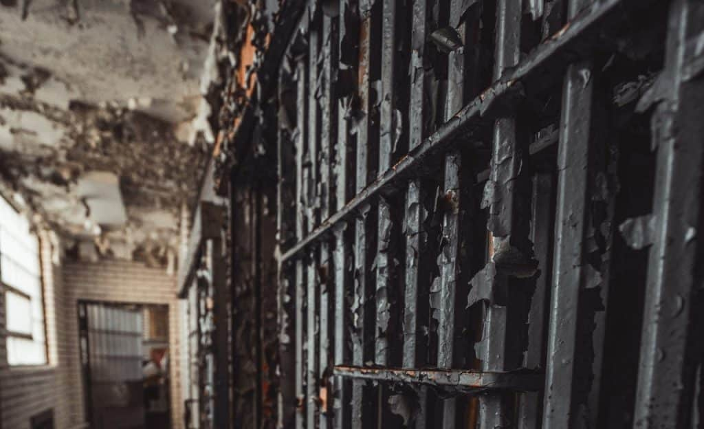 Grades em uma penitenciária.