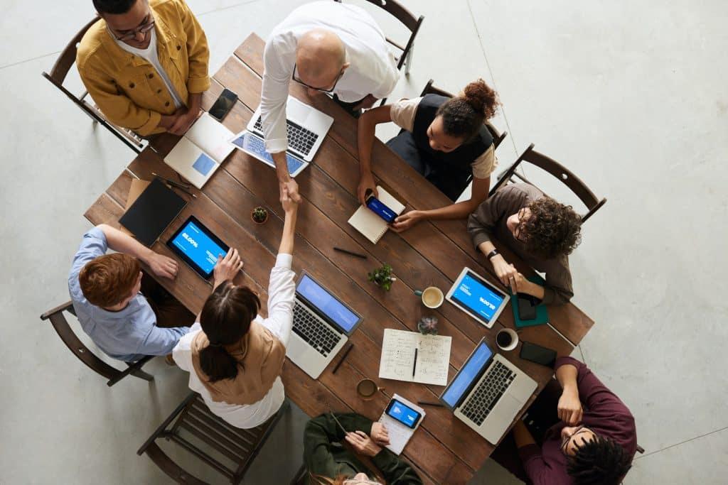 Uma mesa rodeada de pessoas sentadas em reunião