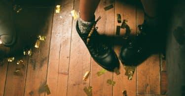 Pés calçando sapatos pretos