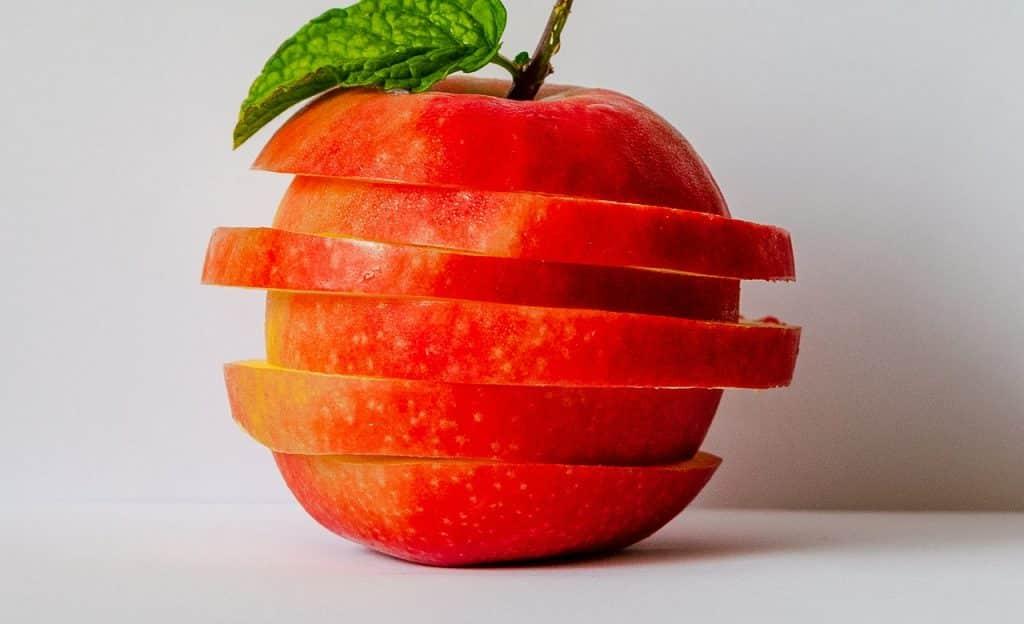 Fatias de maçã umas sobre as outras.