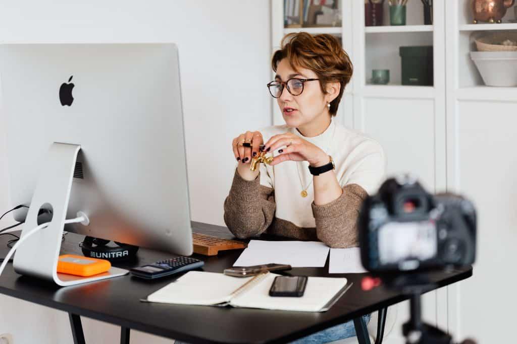 Mulher em frente a um computador trabalhando