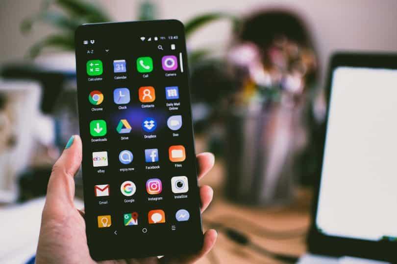 Foco em uma mão segurando um smartphone