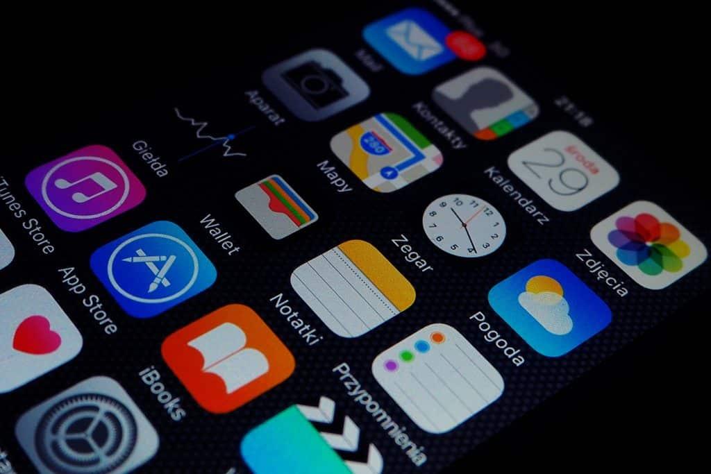 Imagem de um celular com foco em seus aplicativos