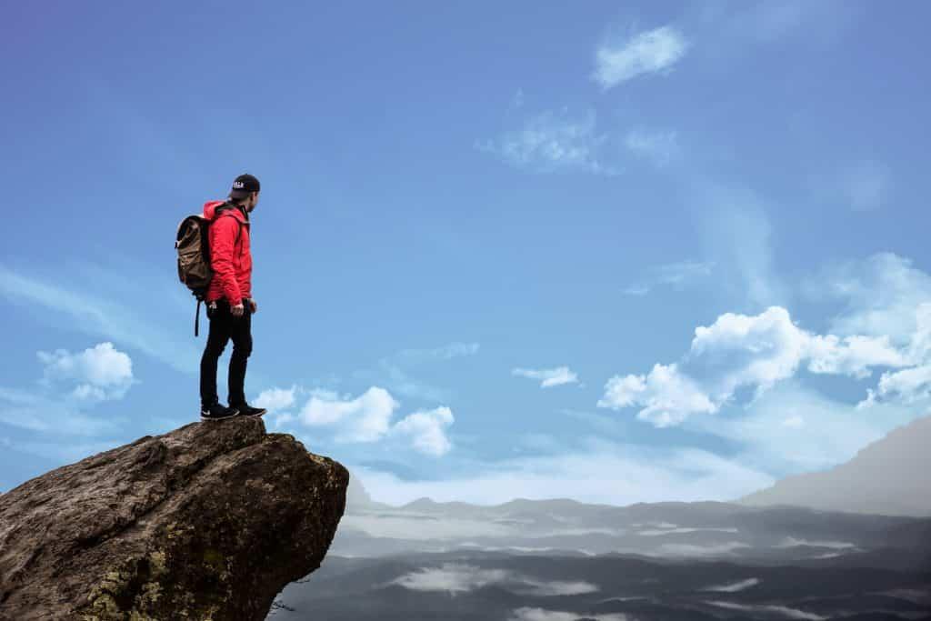 Homem no topo de uma montanha