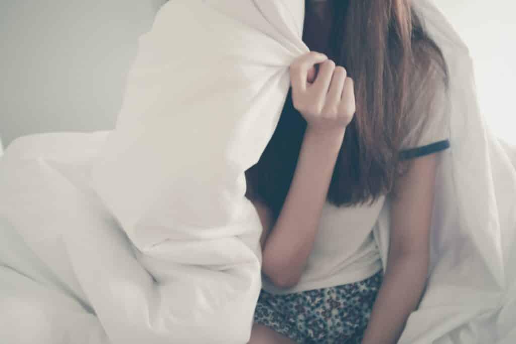 Mulher segurando um cobertor em suas costas