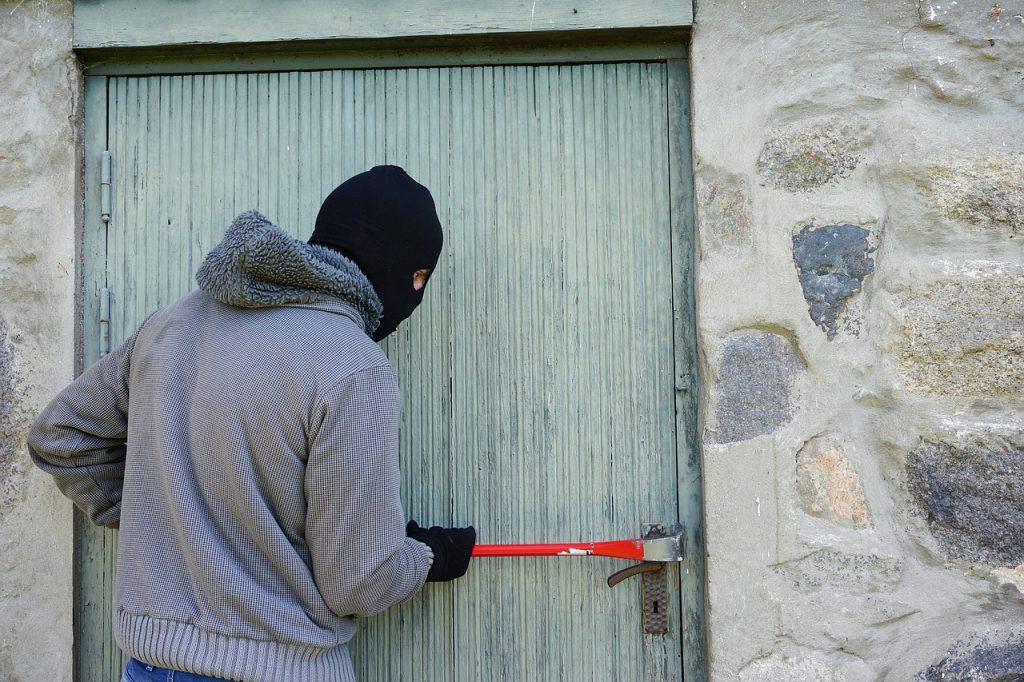 Homem tentando invadir uma casa