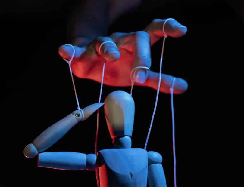 Marionete sendo manipulada