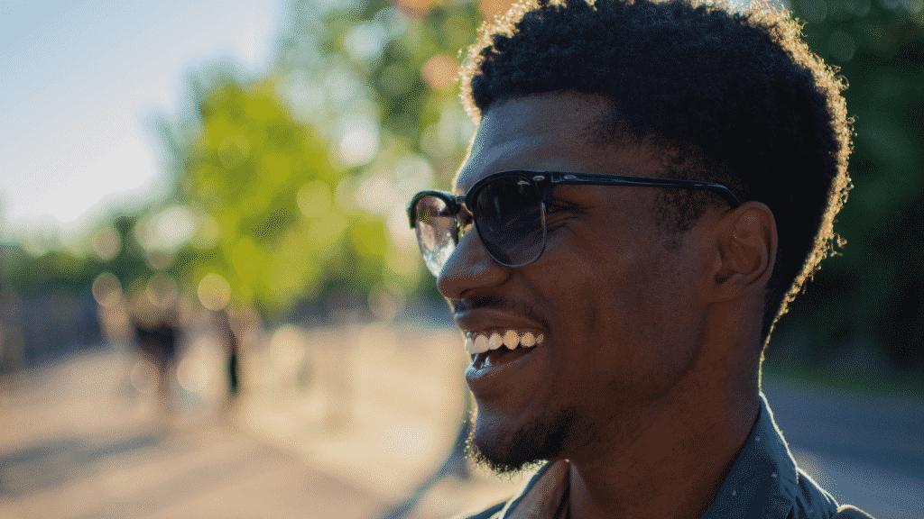 Homem de óculos escuros sorrindo