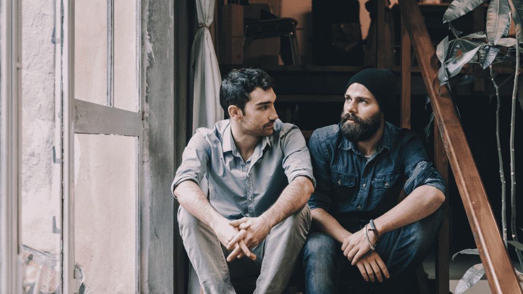 Dois amigos sentados na escada conversando