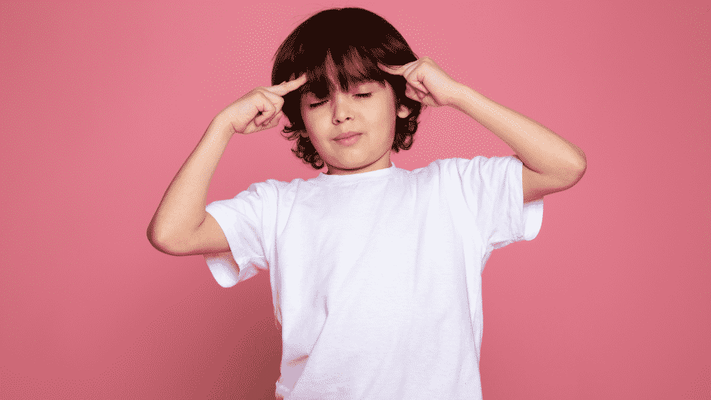 Criança fazendo sinal de telepatia