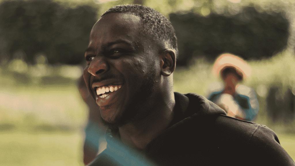 Homem sorrindo no parque