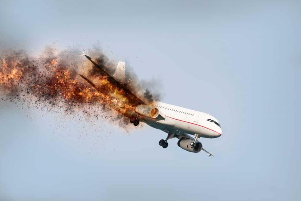 Aeronave voando com motor aéreo explodindo pouco antes do acidente