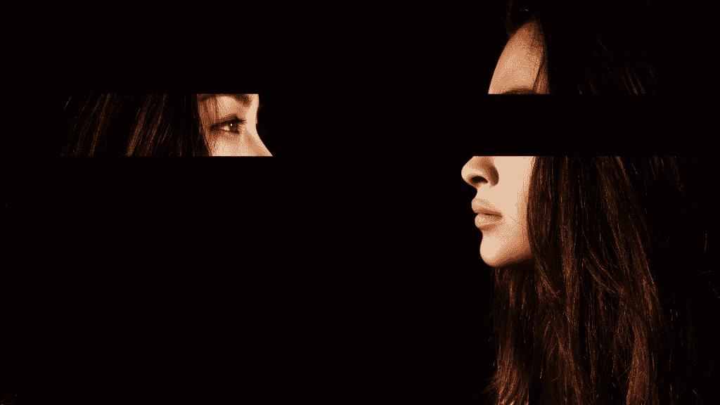 À direita, imagem de uma mulher sem os olhos. À esquerda, a parte dos olhos que faltava na imagem.