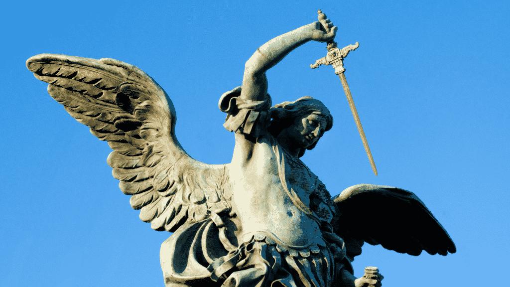 Imagem da estátua de São Miguel Arcanjo