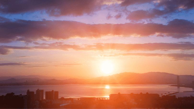 Nascer do sol em uma cidade