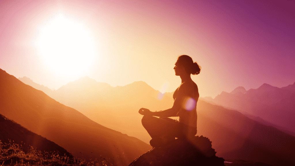 Mulher meditando em uma montanha