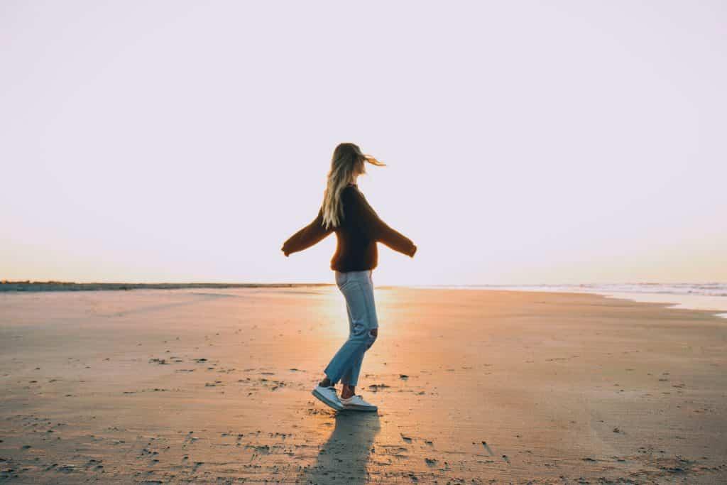 Mulher branca numa praia.