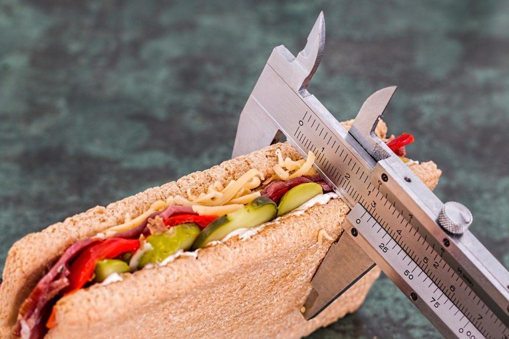 Lanche saudável com uma régua medindo sua espessura