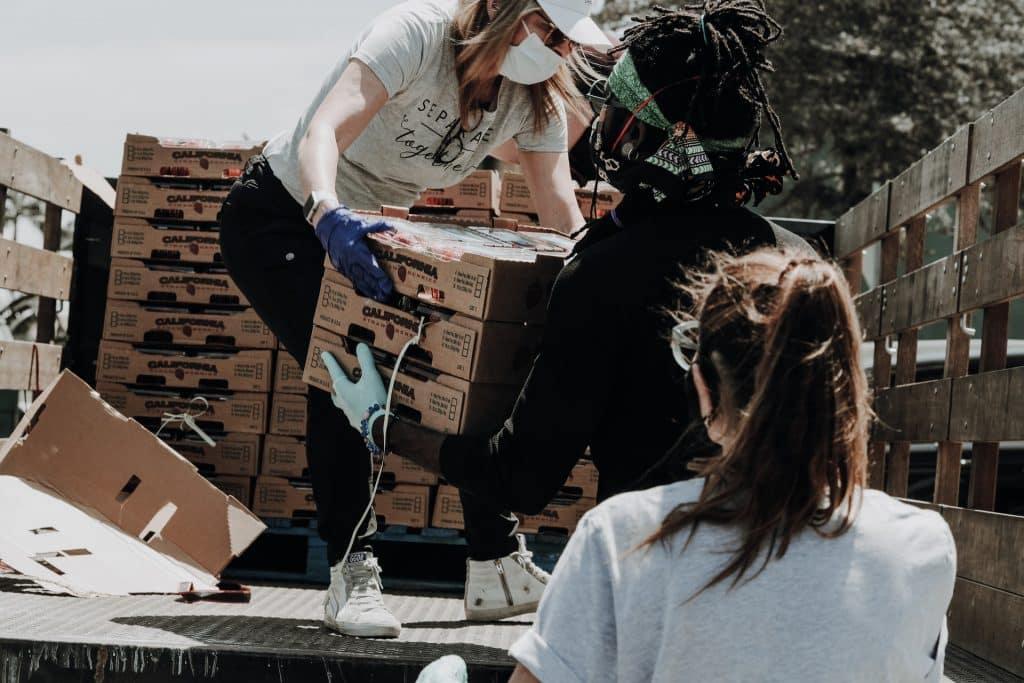 Pessoas segurando caixas de papelão.