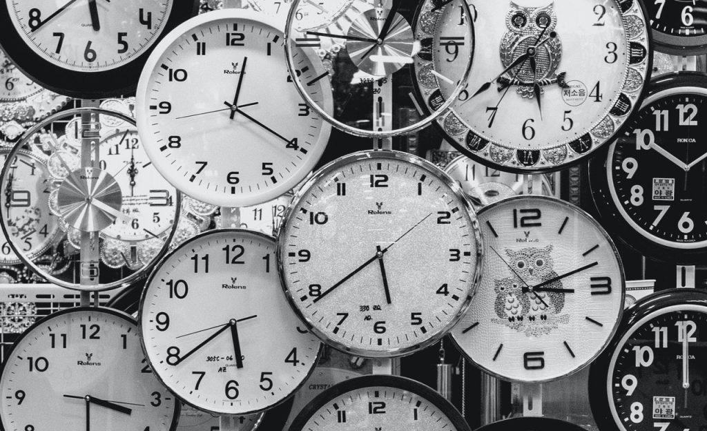 Sucessão de relógios em vitrine.