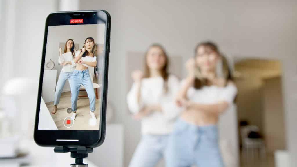 Duas mulheres dançando em frente ao celular