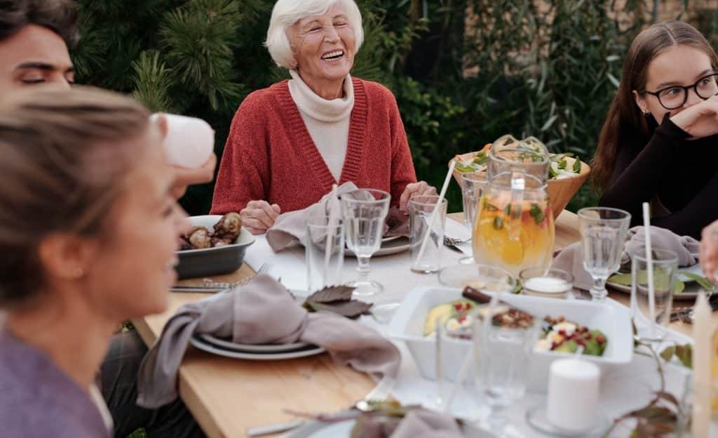 Família reunida à mesa.