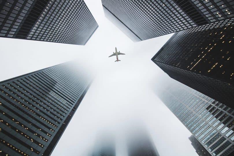 Vista de um avião entre os prédios