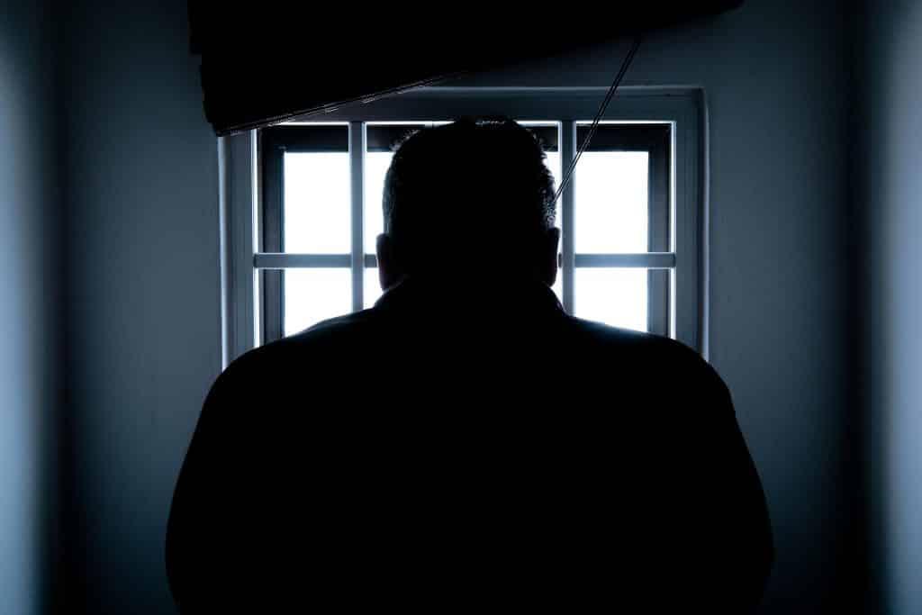 Visão traseira de um homem preso