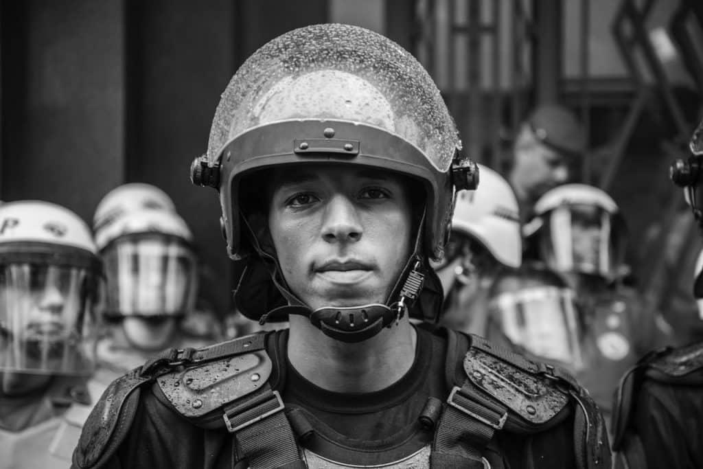 Retrato de um policial com capacete.