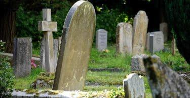 Imagem de túmulos de um cemitério