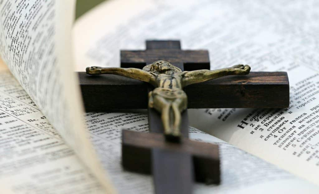 Crucifixo sobre bíblia