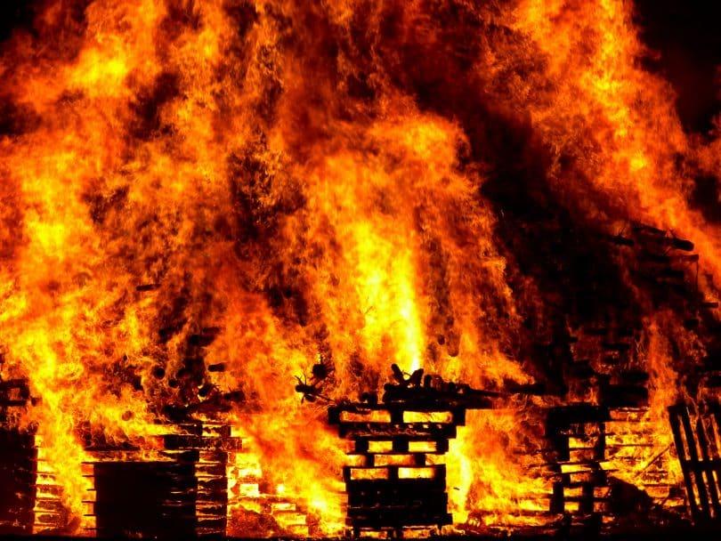 Uma casa pegando fogo