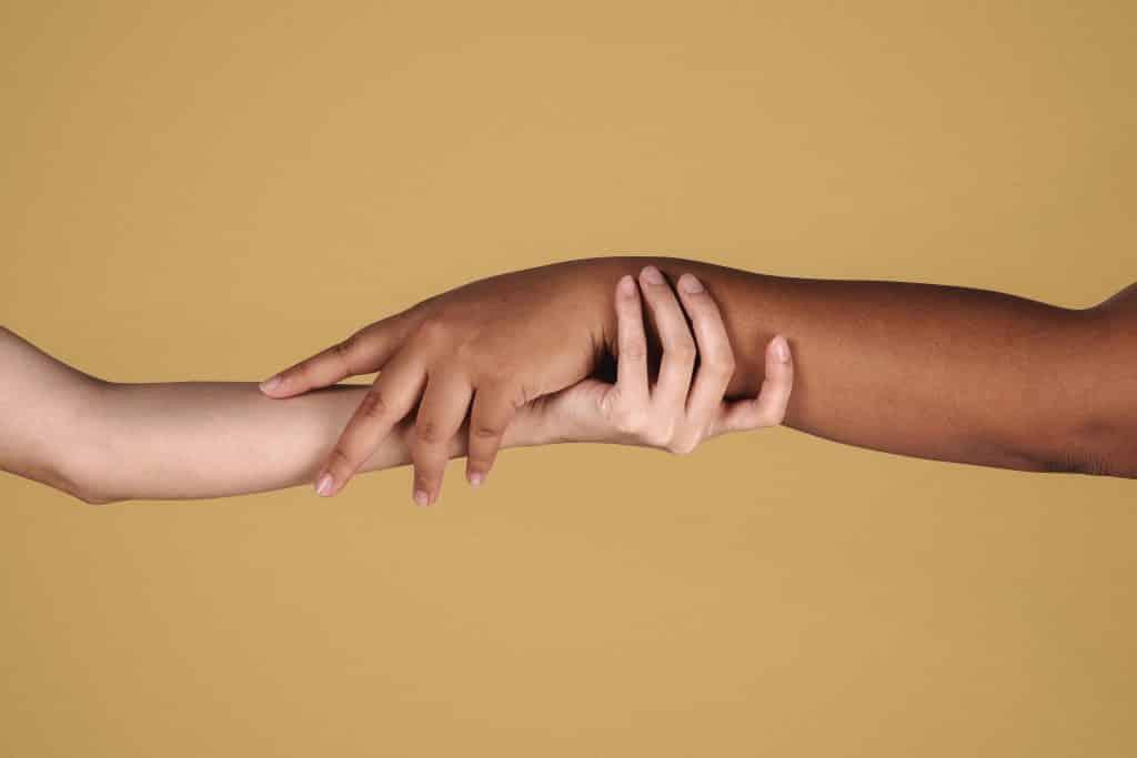 Duas pessoas segurando a mão uma da outra