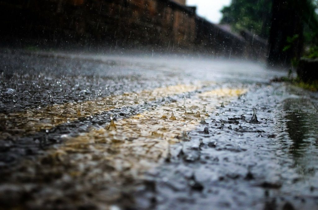 Chuva molhando o asfalto