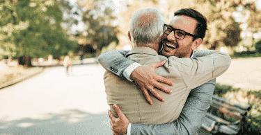 Pai e filho abraçados no parque