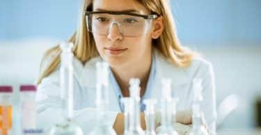 Mulher cientista observando tubos de ensaio