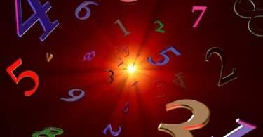 Números espalhados em cenário com um ponto de luz.