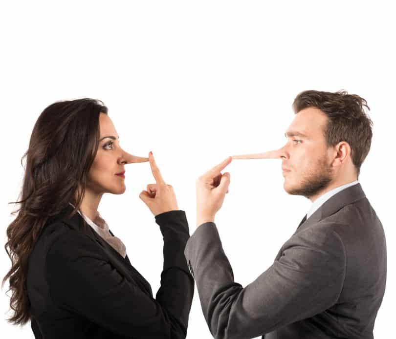 Conceito de mentira com casal de nariz comprido