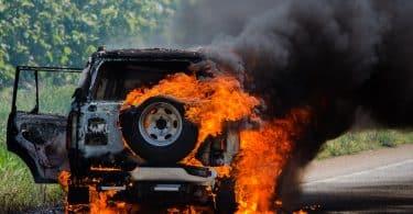 Carro pegando fogo.